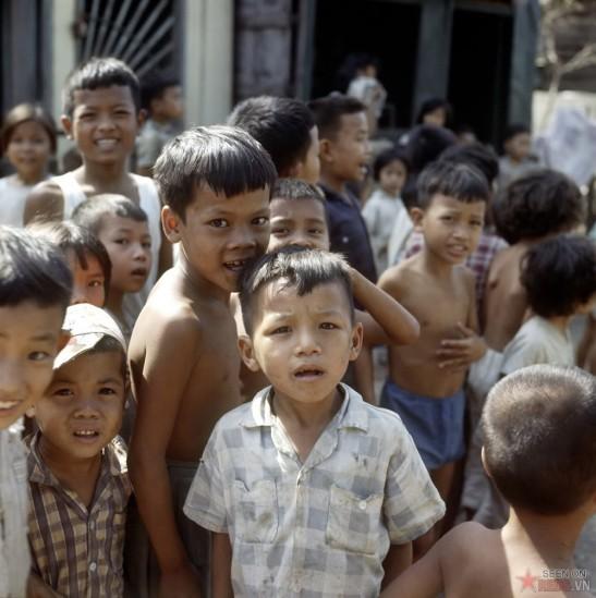 Trẻ em nghèo chờ đợi để nhận sữa tại chương trình phát sữa cho trẻ em nghèo do Hội Hồng Thập Tự tiến hành