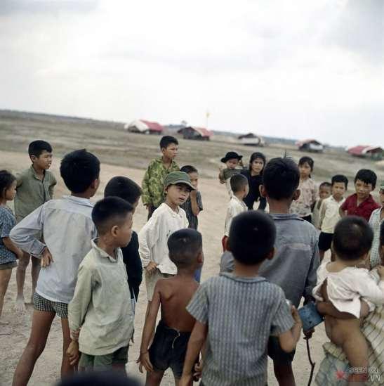 Những đứa trẻ trong một trại trẻ do quân đội Mỹ quản lý.
