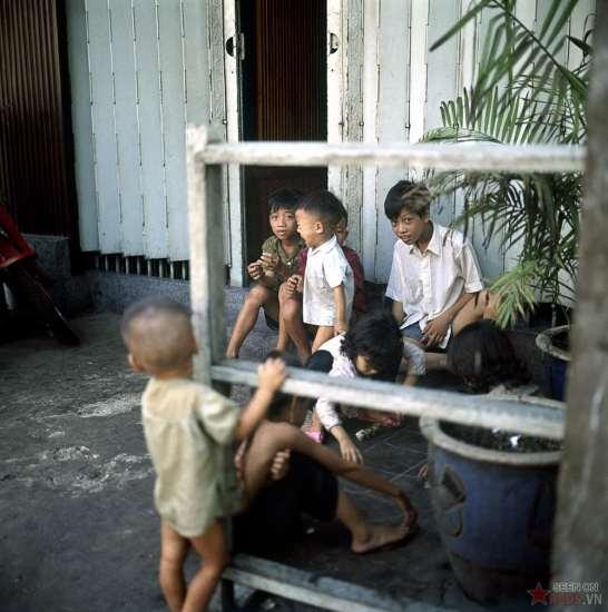 Những đứa trẻ chơi ô ăn quan.