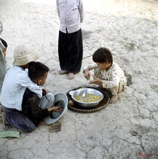 Những đứa trẻ chờ được ăn.