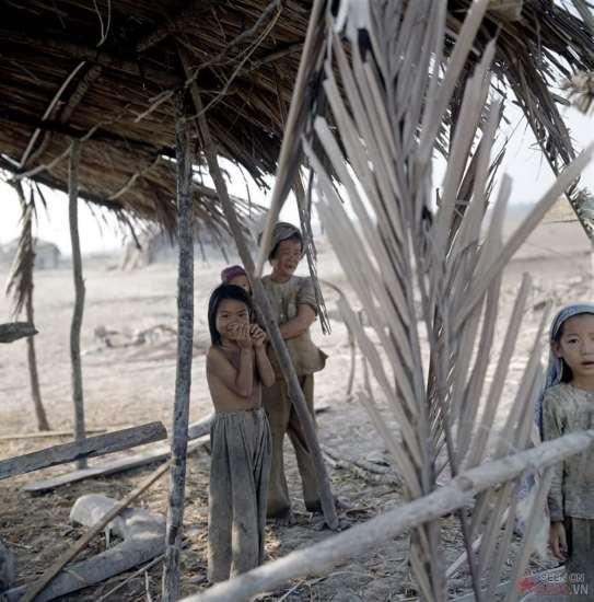 Người phụ nữ nghèo và những đứa trẻ bên túp lều của mình.