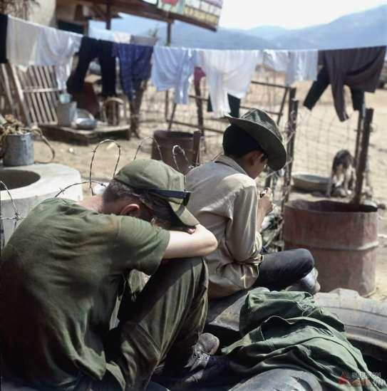Tại một đơn vị hậu cần của lính Mỹ, nơi trẻ em phụ giúp việc giặt quần áo.