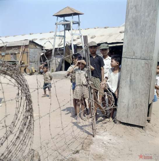 Những đứa trẻ bên trong một trại tản cư.
