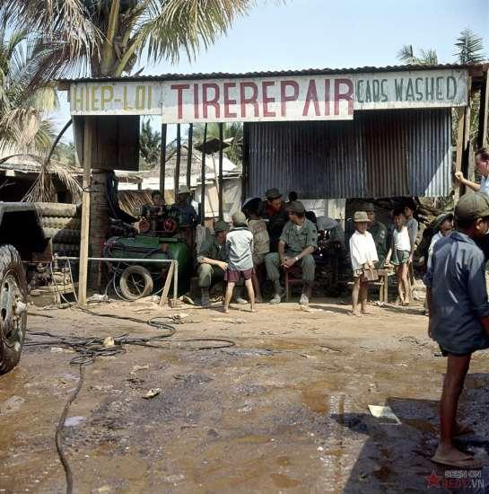 Trẻ em và lính Mỹ tại một hiệu sửa xe.