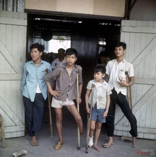Những đứa trẻ bị tàn tật do hậu quả chiến tranh.