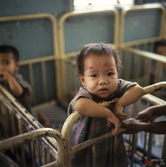 Trẻ em bị dịch bệnh được chăm sóc tại một bệnh viện.