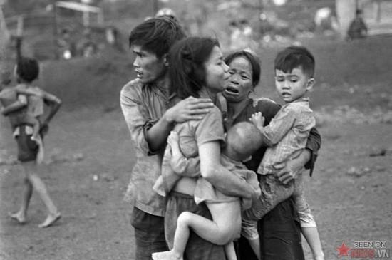Vẻ khiếp sợ của các thành viên trong một gia đình ở Đồng Xoài. Sau hai ngày chiến sự đẫm máu, quân đội VNCH đã chiếm lại khu vực này từ quân đội Giải phóng.