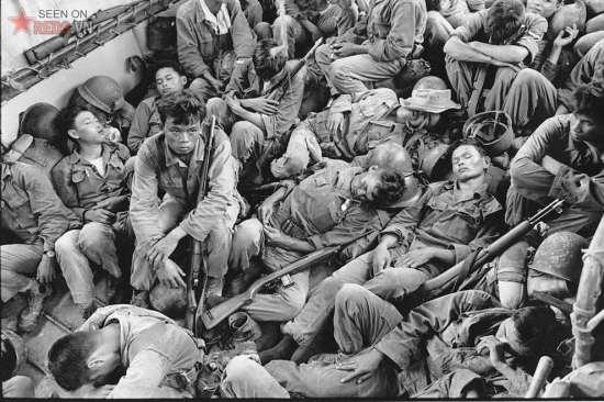 Giấc ngủ của những người lính VNCH trên một tàu sân bay của Hải quân Mỹ khi con tàu hướng về Cà Mau, tháng 8/1962.