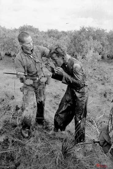 Một người lính VNCH sử dụng cán dao đánh liên tiếp một người nông dân vì người này bị cáo buộc cung cấp những thông tin không chính xác về hoạt động của du kích Việt Cộng tại một làng phía Tây của Sài Gòn, ngày 9/1/1964.
