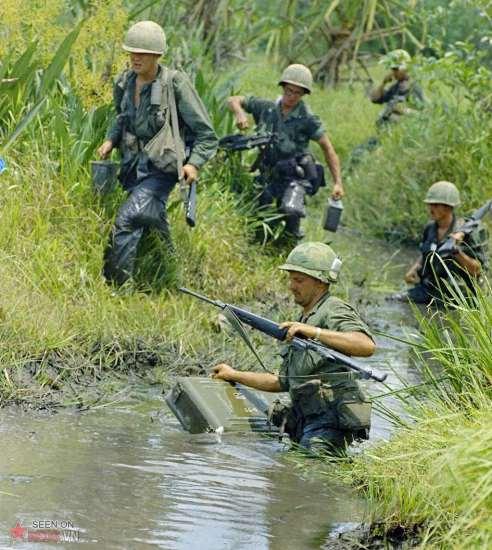Sư đoàn 7 của quân đội VNCH và sư đoàn 9 của Mỹ có những hoạt động phối hợp đầu tiên ở đồng bằng sông Cửu Long. Lực lượng này đã dùng trực thăng để đổ bộ lên các đầm lầy, kênh rạch và dồng lúa gần Ấp Bắc, cách Sài Gòn 35 dặm về phía Tây Nam. Trong bức ảnh này, lính Mỹ thuộc tiểu đoàn bộ binh cơ giới thứ 5 đang lội qua một đầm lầy vào ngày 8/4/196