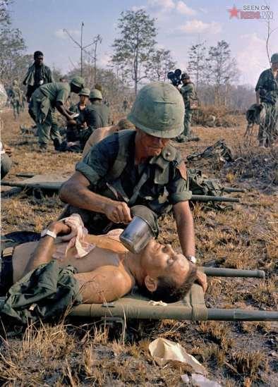 Một người lính Mỹ bị thương được tiếp nước trên chiến trường tại Việt Nam, ngày 2/4/1967.