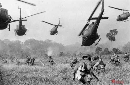 Trực thăng Mỹ nã đạn vào những bụi cây để ểm trợ cho bộ binh VNCH trong cuộc tấn công vào một căn cứ của quân Giải phóng tại một địa điểm nằm ở Tây Bắc Sài Gòn, cách Tây Ninh 18 dặm về phía Bắc, gần biên giới Campuchia vào tháng 3/1965.