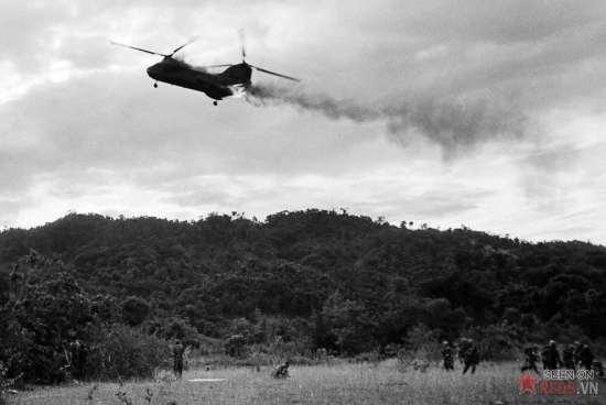 Một trực thăng CH-46 Sea Knight của thủy quân lục chến Mỹ bốc cháy và lao xuống sau khi trúng hỏa lực mặt đất của đôí phương trong một chiến dịch Hastings ở phía Nam của vĩ tuyến 17 vào ngày 15/7/1966. Chiếc trực thăng đã bị rơi và phát nổ trên một ngọn đồi, làm một phi công và 12 lính thủy quân lục chiến thiệt mạng. Ba phi công thoát chết bị bỏng nặng.