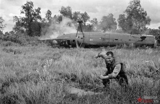 Một lính Mỹ tháo chạy khỏi chiếc trực thăng chở quân CH-21 bị rơi gần một ngôi làng ở Cà Mau, ngày 11/12/1962. Đã có 2 chiếc trực thăng bị rơi trong một cuộc tập kích vào cứ điểm của quân Giải phóng. Dù không có tổn thất nghiêm trọng, cả 2 chiếc trực thăng đã bị phá huỷ để không rơi vào tay đối phương.