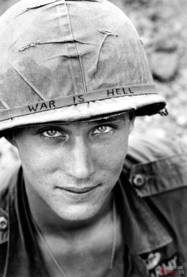 """Một quân nhân Mỹ không rõ danh tính đội chiếc mũ viết dòng chữ """"Chiến tranh là địa ngục"""", ngày 18/6/1965."""