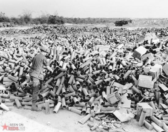Những vỏ đạn pháo đã sử dụng chất đầy căn cứ pháo binh tại Suối Đá, tại vùng giáp ranh phía Nam chiến khu C, cách Sài  Gòn khoảng 60 dặm về phía Tây Bắc, ngày 8/3/1967.