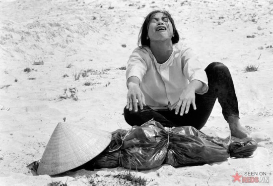 Một phụ nữ Nam Việt than khóc bên xác chồng mình, được tìm thấy cùng với 47 người khác trong một nấm mồ tập thể gần Huế, tháng 4/1969.