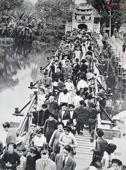 Bức ảnh này cho thấy có thời điểm hồ Hoàn Kiếm (Hà Nội) có tới hai chiếc cầu dẫn vào đền Ngọc Sơn. Cây cầu bên trái là cầu Thê Húc, cây cầu bên phải nhỏ hơn, được dựng sơ sài bằng các thân tre.