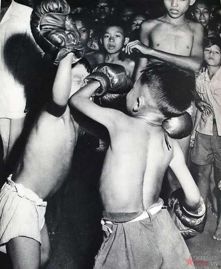Những đứa trẻ tập đánh bốc. Môn thể thao này cũng được đưa vào Việt Nam từ nước  Pháp.