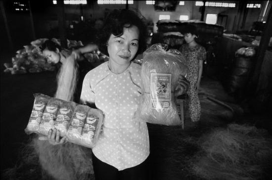 Bà Lê Thị Thu Nguyệt, giám đốc của Cửa hàng thực phẩm quân Tân Bình (TP HCM) đang trưng ra các sản phẩm bún tàu (miến), một trong những mặt hàng bán chạy nhất do cơ sở của bà sản xuất, trong đó có loại miến đóng gói với nhãn xanh phục vụ xuất khẩu.
