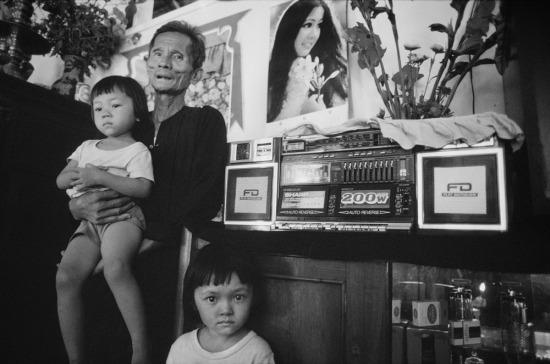 Ông Huỳnh Văn Tòng, sinh năm 1918, là một người trồng cây thuốc lá. Ông đã làm nông dân suốt 40 năm, trừ giai đoạn phục vụ trong lực lượng Việt Minh và 4 năm bị cầm tù trên Côn Đảo. Do thành tích lao động, ông được thưởng một bộ giàn hi-fi hoành tráng của Nhật Bản, có giá trị rất lớn vào thời điểm đó.