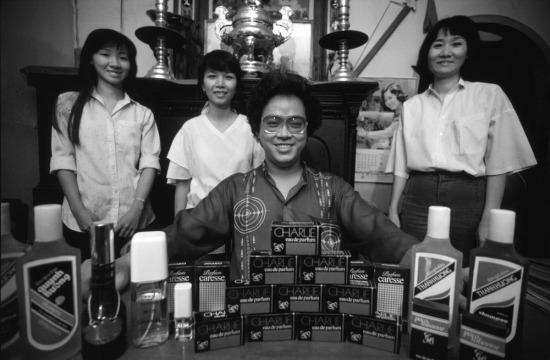 Ông Nguyễn Văn Mười Hai, lãnh đạo của Nhà máy nước hoa Thanh Hương cùng các nhân viên hào hứng khoe thành quả của mình. Sản phẩm bán chạy nhất của họ là một loại nước hoa có tên Charlie.