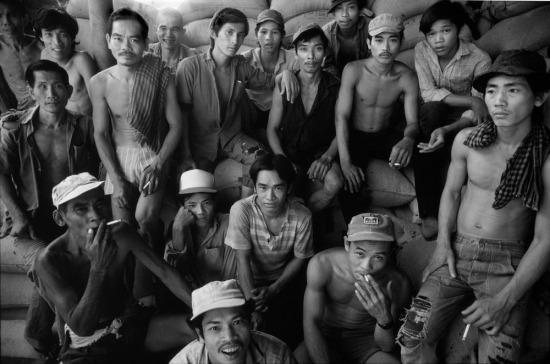 Vẻ mặt phấn khởi của các công nhân bốc gác tại một nhà kho chịu trách nhiệm phân phối gạo trong TP HCM.