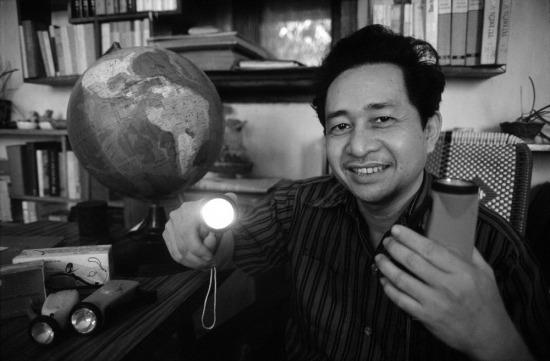 Ông Lê Công Thân, giám đốc nhà máy sản xuất đèn pin MESCO (TP HCM) cầm trên tay chiếc đèn pin bóp tay, một sản phẩm của nhà máy. Ông bày tỏ sự tự hào vì sản phẩm của mình bán khá chạy tại Cuba và một số nước khác, nơi pin là một mặt hàng khan hiếm. Nhà máy của ông là một cơ sở sản xuất kinh doanh điển hình tiên tiến, từng được Tổng Bí thư Nguyễn Văn Linh đến thăm.