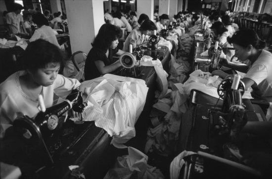 Công nhân tại một nhà máy dệt may ở TP HCM. May mặc được xác định là một trong những ngành xuất khẩu chủ lực của Việt Nam từ thời kỳ Đổi Mới.