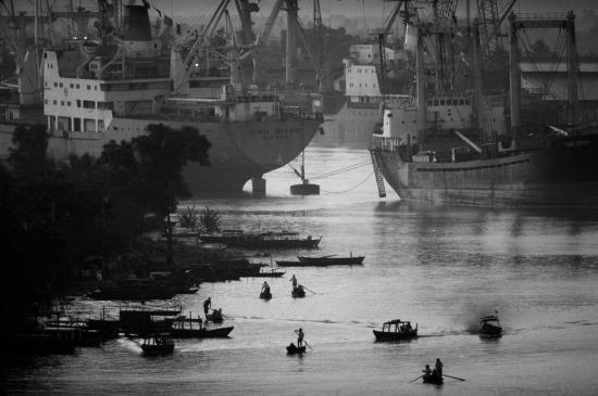 Cảng Sài Gòn lúc bình minh. Các hoạt động tại cảng đã tấp nập hơn rất nhiều sau khi nền kinh tế Việt nam được mở cửa với thế giới.