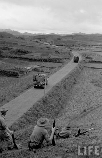 Lính Pháp trên Quốc lộ 4 chạy dọc tuyến biên giới với Trung Quốc.