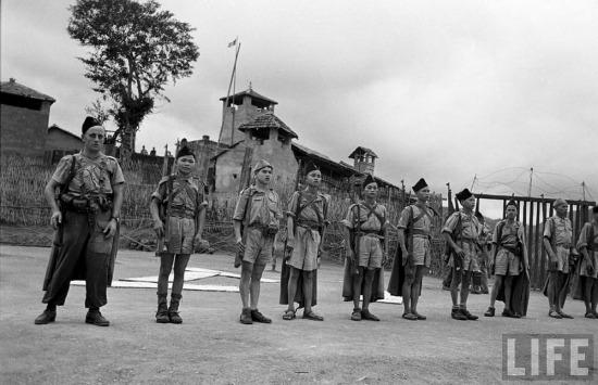 Sĩ quan Pháp (ngoài cùng bên trái) và các binh sĩ người Việt ở đồn Chi Ma.