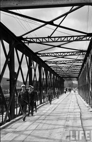 Cầu bắc qua sông Kỳ Cùng, con sông duy nhất chảy ngược lên Trung Quốc theo hướng Bắc.