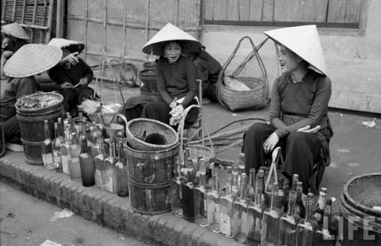 Hàng bán chai lọ.
