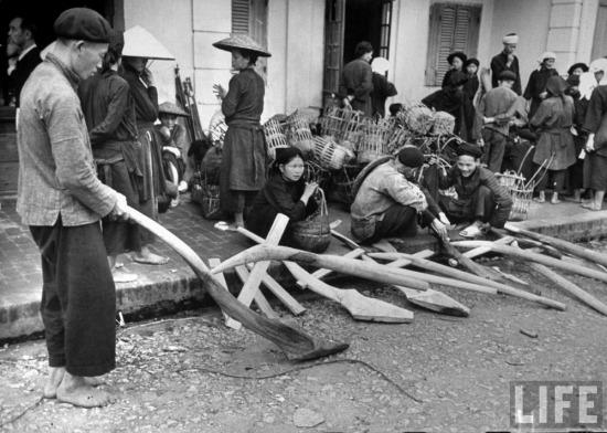 Một nông dân người Tày thử chiếc lưỡi cày ở chợ.