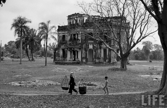 Một dinh thự bỏ hoang.