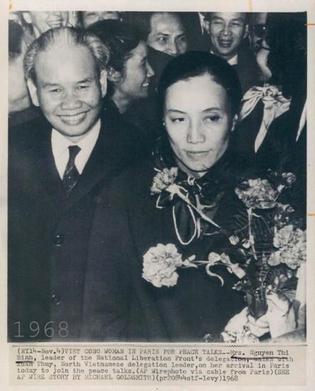 Bộ trưởng Bộ Ngoại giao Chính phủ Cách mạng lâm thời Cộng hòa miền Nam Việt Nam Nguyễn Thị Bình và Trưởng đoàn đàm phán của chính phủ Việt Nam Dân chủ Cộng hòa Xuân Thủy trong những ngày đầu của Hòa đàm Paris, 1968.