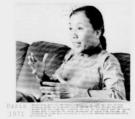 Bà Nguyễn Thị Bình trong buổi trao đổi với phóng viên hãng thông tấn AP ngày 30/7/1971, khẳng định miền Bắc Việt Nam sẽ trao trả toàn bộ tù binh chiến tranh nếu Mỹ đưa ra được một thời hạn rút quân khỏi miền Nam Việt Nam