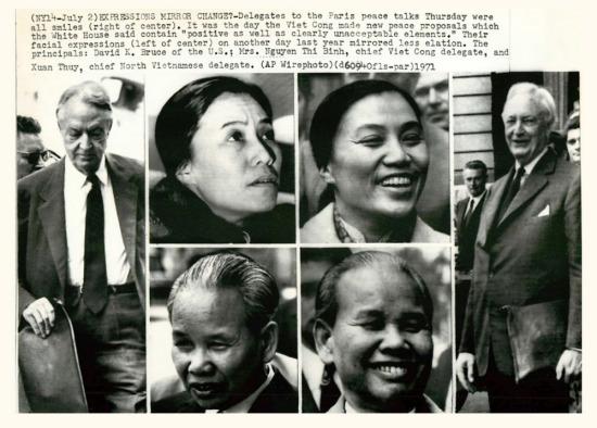 Sự thay đổi nét mặt của những người tham gia đàm phán từ năm 1969 (nửa bên trái bức ảnh) đến ngày 2/7/1971 (nửa bên phải bức ảnh), khi những tiến triển trong đàm phán được ghi nhận.