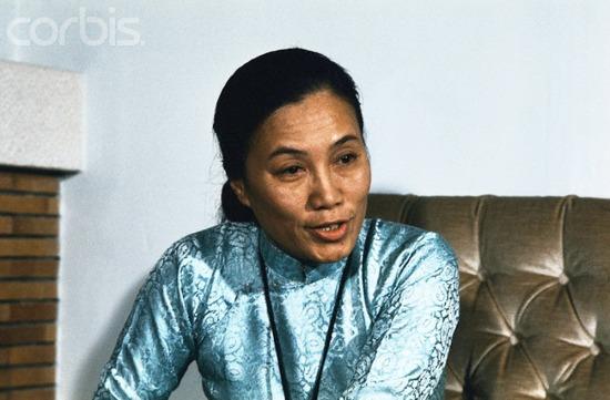 Bà Nguyễn Thị Bình trả lời phỏng vấn tại phòng nghỉ của mình ở Paris ngày 24/10/1972.