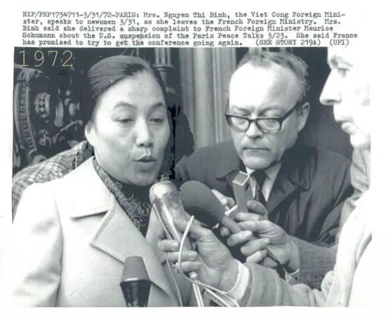 Bộ trưởng ngoại giao Nguyễn Thị Bình trả lời phỏng vấn tại Paris ngày 31/3/1972.