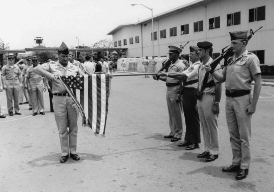 Trong ảnh là cảnh cuốn cờ Mỹ tại lễ buổi lễ chính thức chấm dứt hoạt động của Bộ Chỉ huy viện trợ quân sự Mỹ tại Việt Nam sau hơn 11 năm ở Sài Gòn. Với sự sụp đổ của chính quyền Ngụy – Sài Gòn năm 1975, lính Mỹ rút quân bằng máy bay là hình ảnh không thể nào quên. 29/3 là ngày kỷ niệm sự kiện có ý nghĩa lớn đối với cựu binh Mỹ từng tham gia cuộc chiến. Bức ảnh chụp ngày 29/3/1973