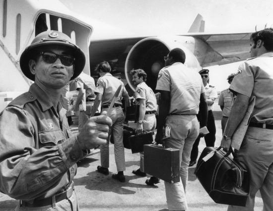 Một chiến sĩ quân giải phóng miền Nam đang đếm lính Mỹ trong lúc họ chuẩn bị lên máy bay tại sân bay Sài Gòn Tân Sơn Nhất. Khi những lính Mỹ cuối cùng rời khỏi Việt Nam cách đây 40 năm, hàng loạt cuộc biểu tình của những người phản đối chiến tranh vẫn diễn ra ở Mỹ. Quân đội Bắc Việt Nam khi đó đã giành quyền kiểm soát hầu hết miền Nam. Bức ảnh chụp ngày 28/3/1973.