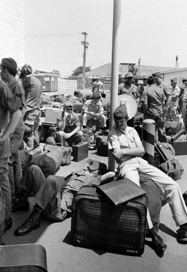 Khi trở về nước, lính Mỹ được khuyên mặc quần áo dân thường trước khi xuống máy bay để tránh sự giận dữ của đám đông biểu tình tại Mỹ. Từ đó đến nay, những lính Mỹ từng xung phong hay bị ép buộc đến Việt Nam đã trở lại với gia đình và truyền lại bài học cho một thế hệ đang trưởng thành với hai cuộc chiến tranh trước mắt. Trong ảnh là một lính Mỹ tranh thủ tựa vào vali để ngủ trong lúc chờ đợi trong trại Alpha tại Sài Gòn. Ngày rút quân của lính Mỹ bị lùi lại 10 ngày vì hai bên bất đồng trong vấn đề tù nhân chiến tranh. Bức ảnh chụp ngày 27/3/1973.
