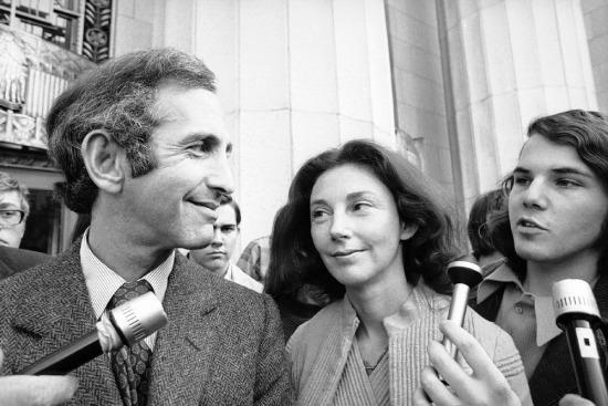 Trong bức ảnh chụp ngày 12/4/1973, sĩ quan Daniel Ellberg, đồng bị đơn trong phiên tòa Pentagon Papers (vụ tiết lộ tài liệu mật của Bộ Quốc phòng Mỹ trong đó có thông tin Mỹ bán đứng Việt Nam Cộng hòa để lấy lòng Trung Quốc) đứng cạnh vợ, Patricia, trong lúc nói chuyện với phóng viên.