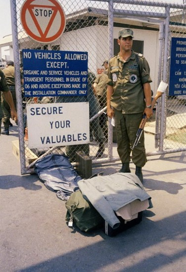 Bức ảnh chụp ngày 29/3/1973, cho thấy trại lính Alpha rơi vào tình trạng lộn xộn trong lúc lính Mỹ chuẩn bị đồ đạc lên máy bay về nước.