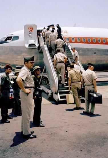 Lính Mỹ lên máy bay về nước hôm 29/3/1973 dưới sự chứng kiến của các quan sát viên thuộc lực lượng Giải phóng.