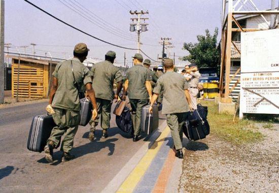 Bức ảnh chụp ngày 29/3/1973 bên ngoài trại Aplpha, khi lính Mỹ xách hành lý ra máy bay.