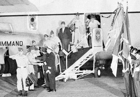 Bức ảnh chụp ngày 30/3/1973 khi 55 lính Mỹ cuối cùng rời Việt Nam bằng máy bay C-141 và đáp xuống sân bay Travis, bang California.