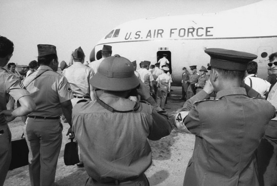 Trong bức ảnh chụp ngày 27/3/1973, một số sĩ quan Giải phóng đang chụp ảnh lính Mỹ lên máy bay về nước tại sân bay Tân Sơn Nhất ở Sài Gòn.
